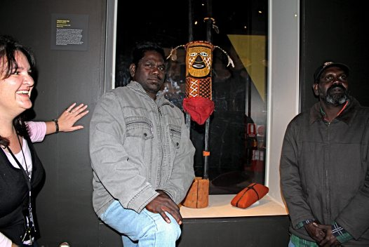 Edward Yunupingu (centre) with his Footy Man sculpture