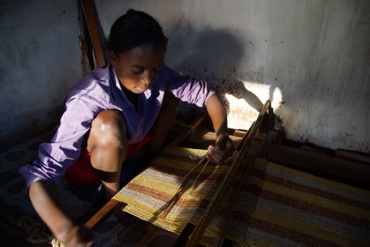 Madagascar 2012 - Weaving silk