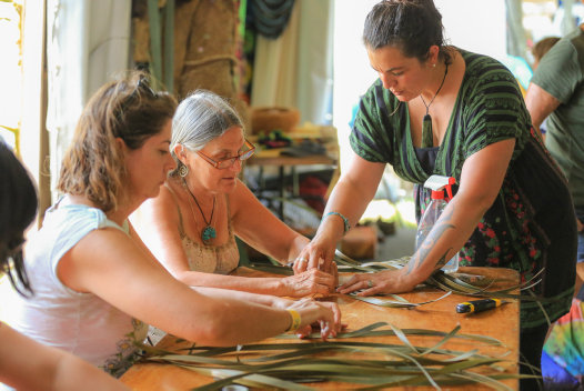 Maori artist and weaver Alice Spittle with students | © Alice Spittle