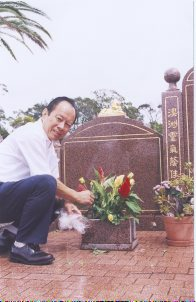 King Fong at his father's grave