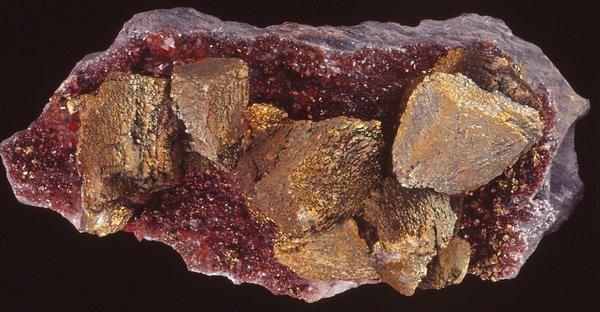 Chalcopyrite with quartz and hematite