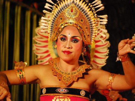 Dancer from Cahya Warsa Dance Group at the Pura Taman Saraswati temple in Ubud, Bali.