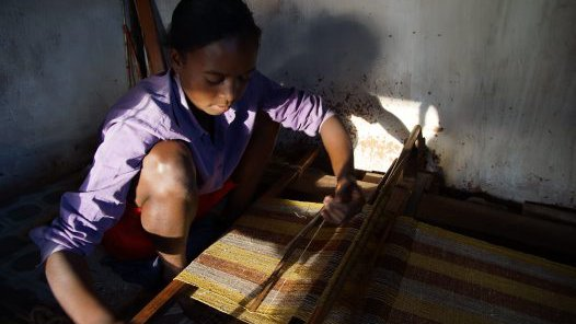 Madagascar 2012 - Weaving silk